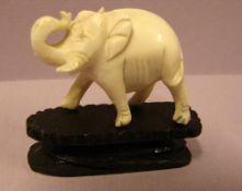 Kleiner Elefant, geschnitzt, auf Holzsockel, wohl Bein, L. ca. 4 cm
