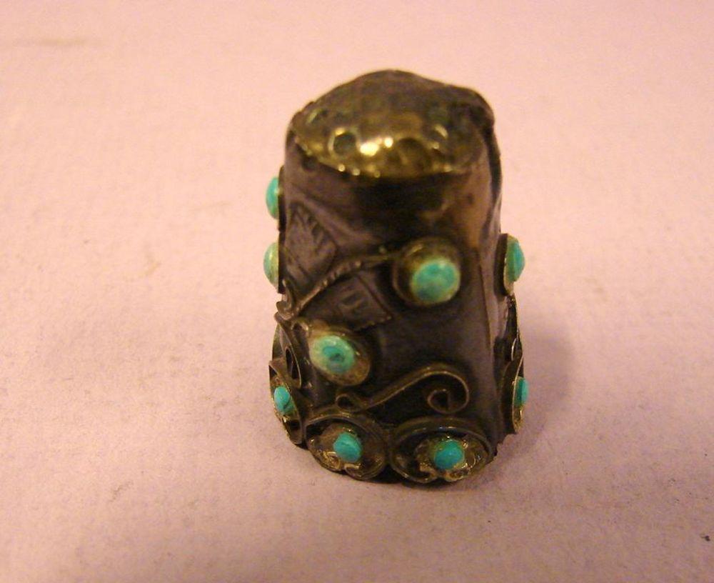 Kleiner Fingerhut, wohl Silber, Innen unleserlich gestempelt, Türkise Schmucksteine (einer fehl ...Jugendstil, Höhe ca. 2,5 cm