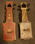 2 Musikinstrumente, wohl russische Zithern