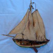Kleines Holzsegelmodellschiff, Dreimaster, L.ca. 26 cm und Querschnitt eines Decks, eines