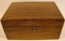 Schreib-Reise-Kiste, Nussbaum, aufklappbar, Lederinnenbespannung, mit Schlüssel, Monogramm im