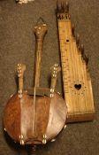5 afrikanische Musikinstrumente; afrikanisches Seiteninstrument, Zither?, Klanghölzer, Gitarren