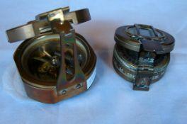 2 kleine Messing Compasse, rund, bez.: Trade Sestrel Mark, Henry Browne and Son, LTD, Barking&L ...