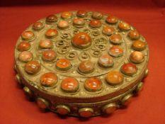 Dose, rund mit Deckel, versilbert, mit geschliffenen Carneolen, Dm. Ca. 16, H. 4 cm