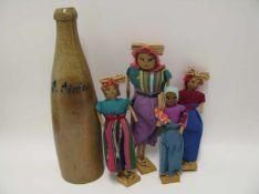 4 Püppchen und Steingut-Weinflasche.<