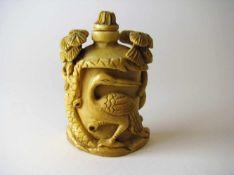 Snuffbottle, China, 1. Hälfte 20. Jahrhundert, Elfenbein fein beschnitzt, 6,5 x 5 x 2,5 cm.