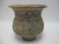Antikes Gefäß, wohl Afrika, Ton mit Ritzdekor, h 20 cm, d 21 cm.<b