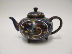 Teekanne, Japan, Meiji Periode, 1868 - 1912, farbiges Cloisonné, 7,5 x 13,5 x 8 cm.<