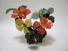 Blumenstock, China, 20. Jahrhundert, Blätter und Blüten aus diversen Edelsteinen geschnitzt, 14 x 16