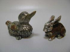 Hase und Ente, Metall mit polychromer Emailbemalung, h 3,5/4,5 cm.