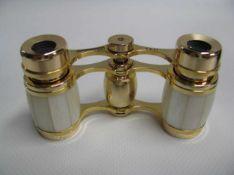 Opernglas, Bresser Scala, 3 x 17, Perlmutt, vergoldet, 5 x 8,5 x 2,5 cm.
