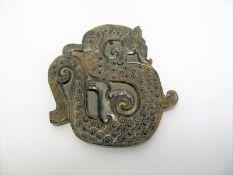 Anhänger, China, bräunlich-schwarze Jade mit Drachenschnitzerei, 8 x 8 cm.