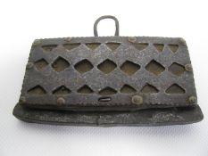 Antike/r Feuersteintasche/Feuerschläger, Südasien, Eisen und Leder, 10 x 13 cm.