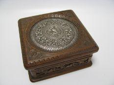 Schatulle, Asien, Edelholz fein beschnitzt, Deckel mit Silbertreibarbeit, 5 x 10,5 x 10 cm.