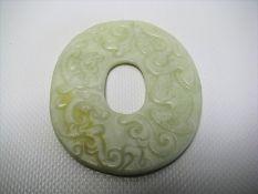 Jadeschnitzerei, China, weiß-bräunliche Jade beschnitzt, 8 x 7 cm.