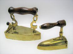 2 antike Bügeleisen, 1. Hälfte 19. Jahrhundert, Messing , h 11,5/14,5 cm.