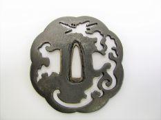 Antike Tsuba, Japan, Yatsu-Mokka-Gata, Eisen, Drachenmotiv, Restaurationsstelle, 8 x 7,4 cm.