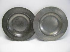 2 antike Teller, John Carpenter London, um 1720, Zinn, gem., h 2,5 cm, d 24,5 cm.