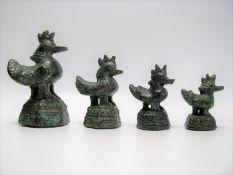 4 antike Opiumgewichte in Form von Hähnen, Asien, Bronze, h 4,5/4,5/6/7,5 cm.
