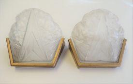 2 Wandlampen, Frankreich, Art déco, um 1900, farbloses Pressglas, min. Chips, 21,5 x 23 x 15 cm.
