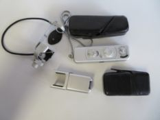 Minox Spionenkamera mit Fernauslöser, Blitzaufsatz, Lederfutteral, 9,5 x 2,7 x 1,5 cm.