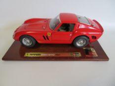 "Modellauto, Burago, Ferrari 250 GTO (1962), Sondermodell ""20 Jahre Autozeitung"", auf Holzsockel,"