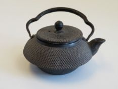 Teekännchen, Japan, Gusseisen, 7,8 x 12,9 x 11 cm.