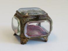 Schmuckschatulle, Frankreich, um 1900, Glas und Messing, 6 x 7,5 x 8 cm.