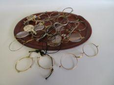 Konvolut alter Brillengestelle.