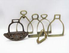 6 diverse Steigbügel, 18./19. Jahrhundert, Eisen und Messing, höchste Höhe 20 c