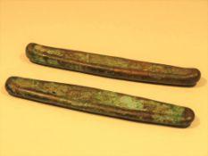 2 teiliges Bronzegeld, wohl Burma, wohl 17./18. Jahrhundert, l 9,5/10 cm.