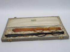 """2 Lorgnons, um 1900, Originaletui """"J.L. Clary Hamburg"""", l 21/24 cm."""