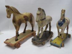 3 Spielzeugpferde, 19. Jahrhundert, Holz geschnitzt und farbig bemalt, Gebrauch