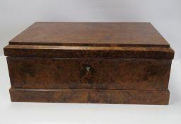 Schreibkassette, 19. Jahrhundert, Wurzelholz, 18,5 x 45 x 28 cm.