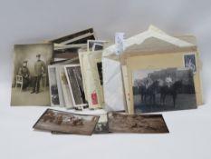 Konvolut Postkarten und diverser Fotografien, u.a. Militaria.
