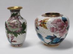 2 Cloisonné Vasen, China, weißgrundig mit polychromen Blüten, h 10/13 cm.