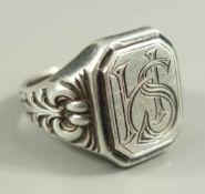 Ring mit Initialbuchstaben, 900er Silber, Gew.9,54g, floral reliefierte Ringschiene, verschlungene