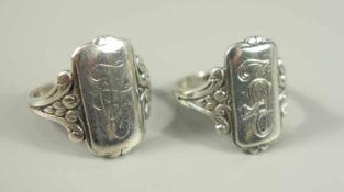 Paar Monogramm-Ringe, 800er Silber, Gew.9,96g, unterschiedl.Initialen, U.57 (stärker getragen) und