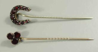 2 Granat-Nadeln, Böhmen um 1890, 1* Hufeisenform, 1* stilsiertes Kleeblatt