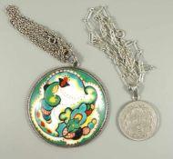 2 Ketten mit Anhängern, Silber; großer Porzellananhänger mit Handmalerei im Art-Déco-Stil, D.6cm,