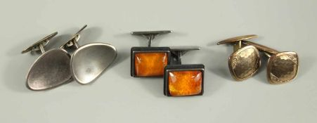 3 Paar Manschettenknöpfe; 1* 935er Silber mit Bernstein (1 Steg verbogen), Gew.12,41g; 1* 800er