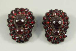 Paar Granat-Ohrclips, Böhmen um 1890, große Granat-Halbkugeln, umrahmt von facettierten Steinen,