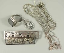 Konvolut Silberschmuck: 2 Broschen, Ring, diverse Ketten, Gew.33,90g; Broschen: 800er und 835er