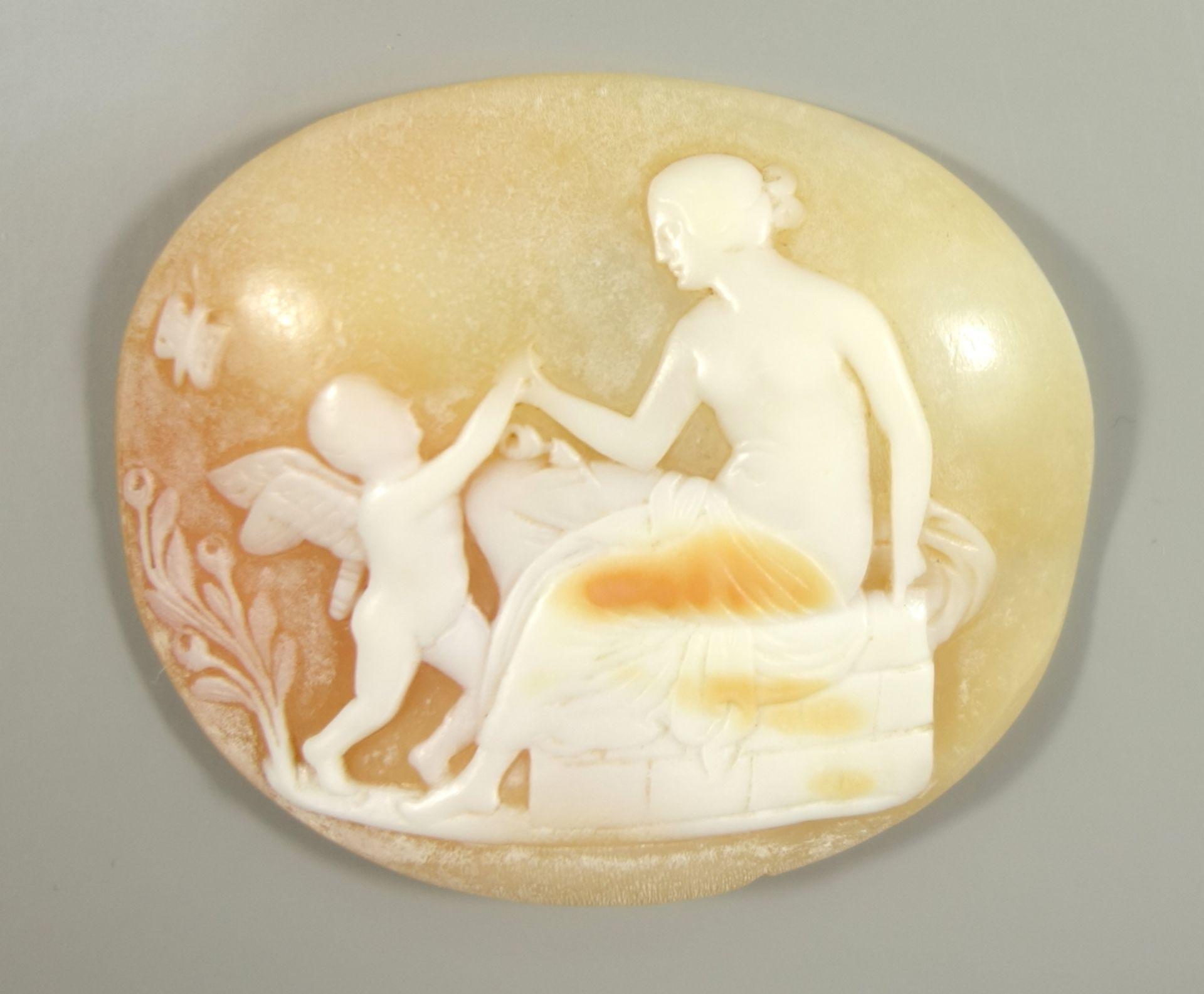 Muschelkamee, ungefasst, sitzender Frauenakt mit Putti, Relief berieben, HB 4,1*3,5cmShell cameo,