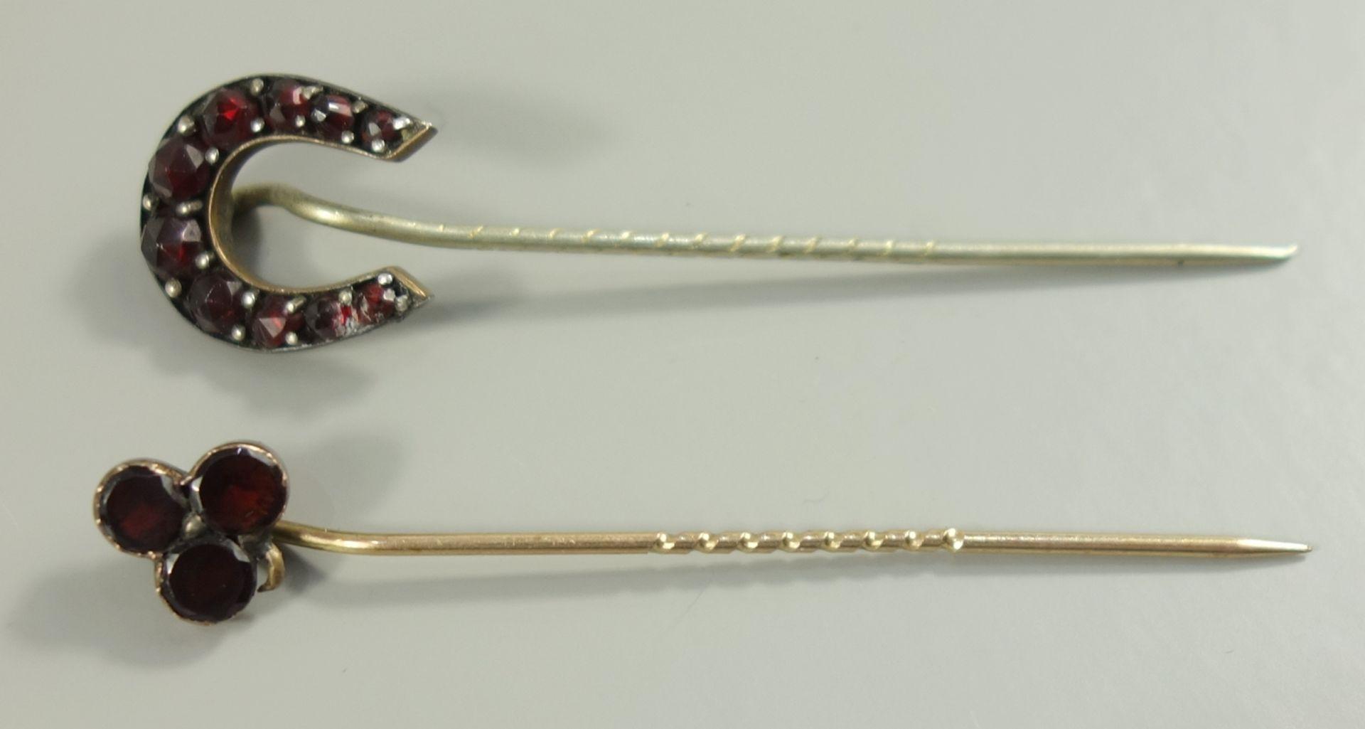 2 Granat-Nadeln, Böhmen um 1890, 1* Hufeisenform, 1* stilsiertes Kleeblatt2 garnet needles,