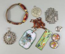 Konvolut Modeschmuck / Emailleschmuck, Emaille: 2 Anhänger, Armband und 2 Knöpfe; 4 Anhänger, 1*