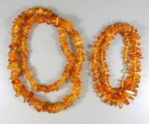 2 Bernsteinketten, Gew. ca. 86,15g, Einzelverknotung; 1* klar, honigfarben, mit