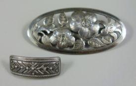 2 silberne Broschen, Gew.16,1g, ovale Säge-Handarbeit, 800er Silber, Blütendekor, L.6cm; gewölbte