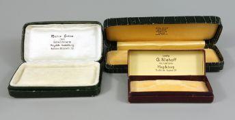"""3 Schmucketuis, 1920er/1950er Jahre, farbige Pappe, innen einseitig mit Samt; 1* """"Walter Heller,"""