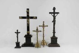 5 stehende Kruzifixe, ein Holz Kruzifix, Dreinageltypus, mit Goldverzierungen auf hölzernen